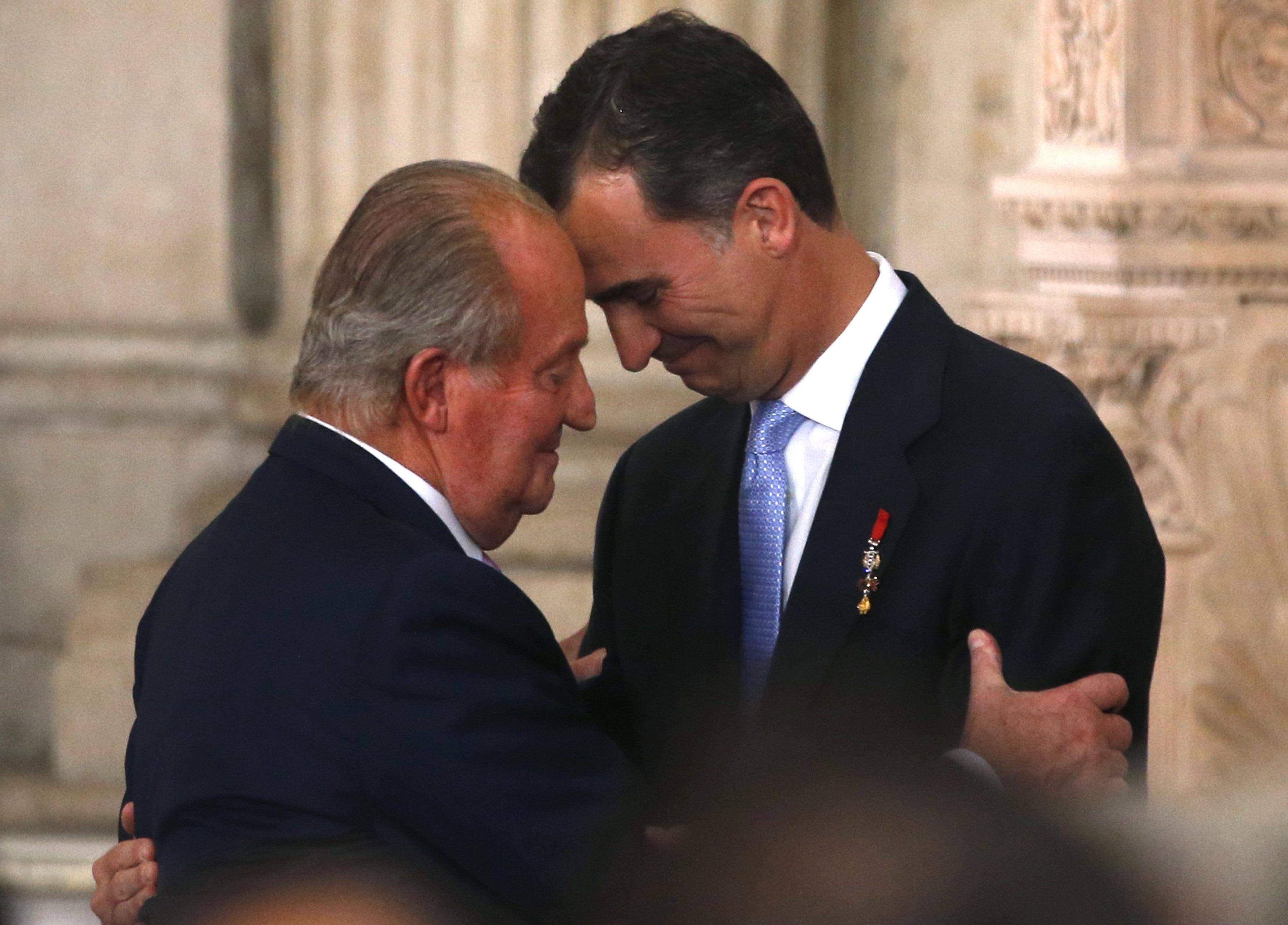 El rey Juan Carlos saluda a su hijo Felipe en la ceremonia de abdicación. REUTERS