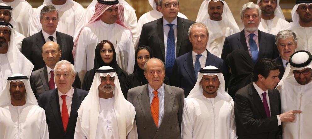 La foto de familia del encuentro empresarial hispano-emiratí en Abu Dabi, en abril de 2014, con el rey Juna Carlos. EFE