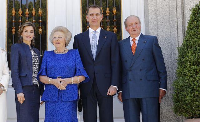 La reina Beatriz de Holanda junto a los reyes de España y el monarca emérito Juan Carlos I.- EFE