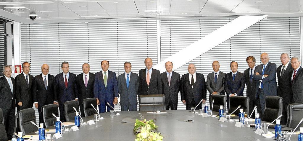 El rey Juan Carlos con los banqueros y empresarios que integraban el llamado Consejo Empresarial de la Competitividad, en una reunión en agosto de 2012.