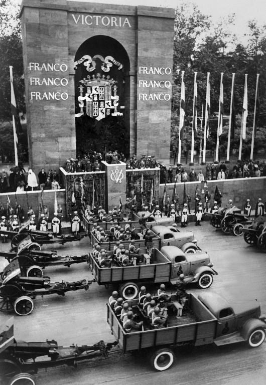 El jefe de Estado español, Francisco Franco, preside el primer desfile de la victoria después del final de la Guerra Civil Española en Madrid, el 19 de mayo de 1939, mientras que los miembros de la Guardia Civil y la Guardia Morisca están bajo la tribuna. Durante esta ceremonia, Francisco Franco está acompañado por oficiales militares, el Gran Visir del Jalifa de Tetuán, y los Generales Aranda y Saliquet. AFP