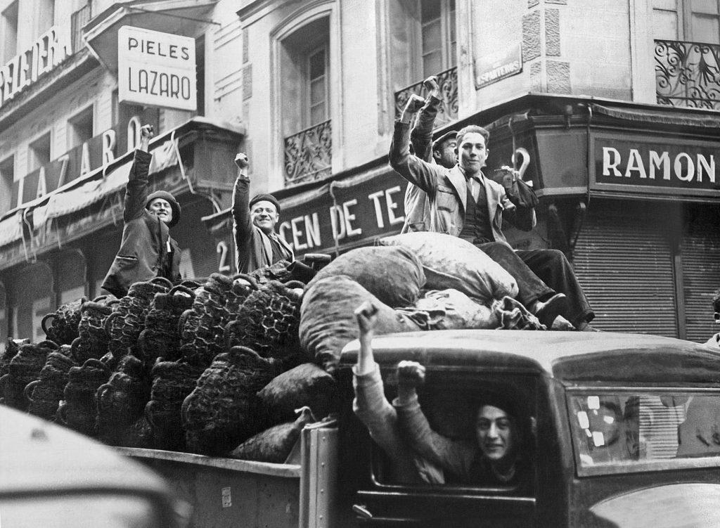 n grupo de trabajadores celebra el triunfo del Frente Popular en las elecciones de 1936. EFE