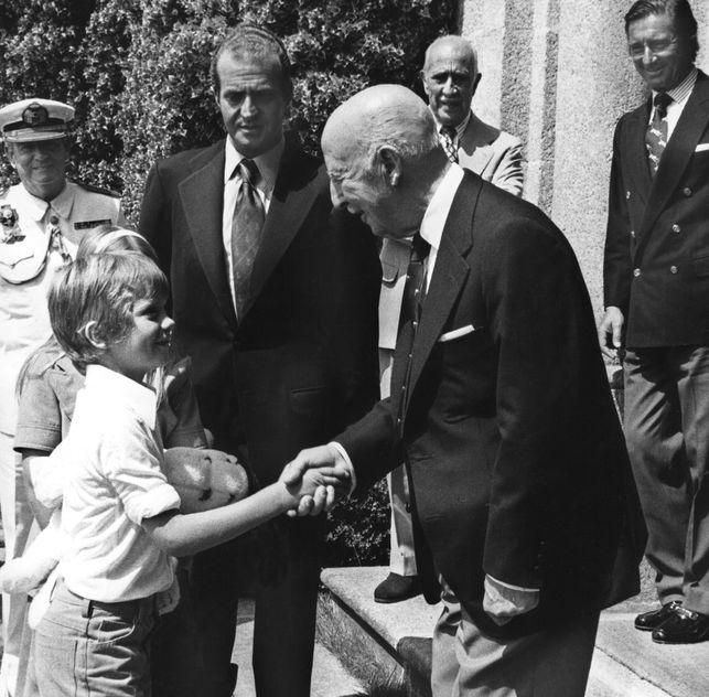 Felipe saluda al dictador en el pazo de Meirás, aún propiedad de la Fundación Francisco Franco, en julio de 1975, dos meses antes de que Franco firmara las últimas sentencias de muerte antes de fallecer. EFE