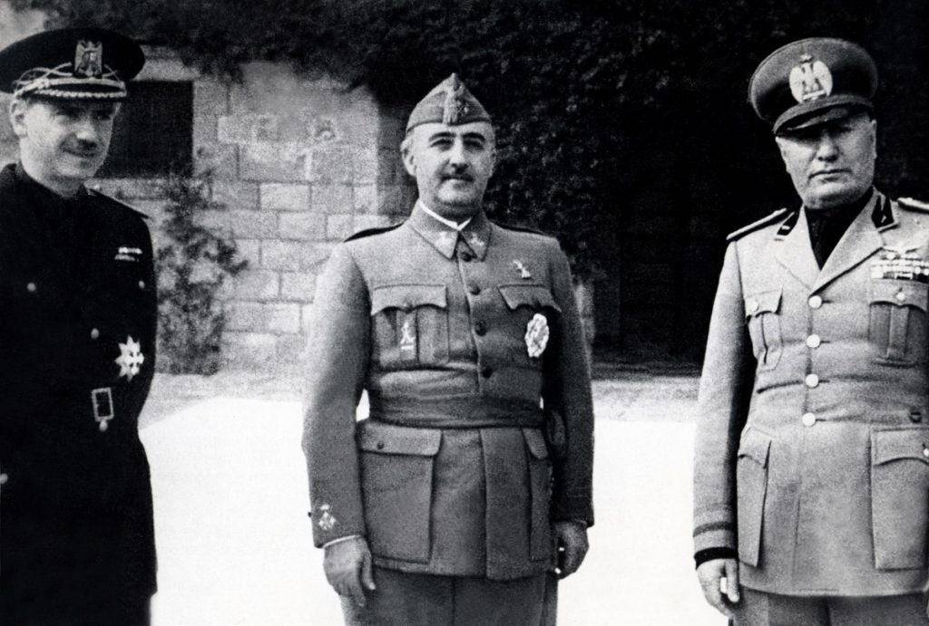 El cuñado de Franco, Serrano Súñer, el dictador Franco y el dictador italiano, Benito Mussolini, en una imagen tomada en 1941.- AFP
