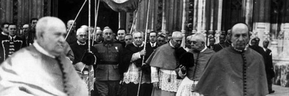 El dictador Francisco Franco, en una de sus asistencias bajo palio a una celebración de la Iglesia católica. EFE