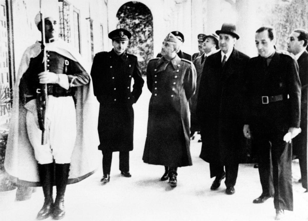 Imagen de 1940 del jefe de estado portugués Antonio de Oliveira Salazar (3ra R) con el dictador español Francisco Franco (C) AFP