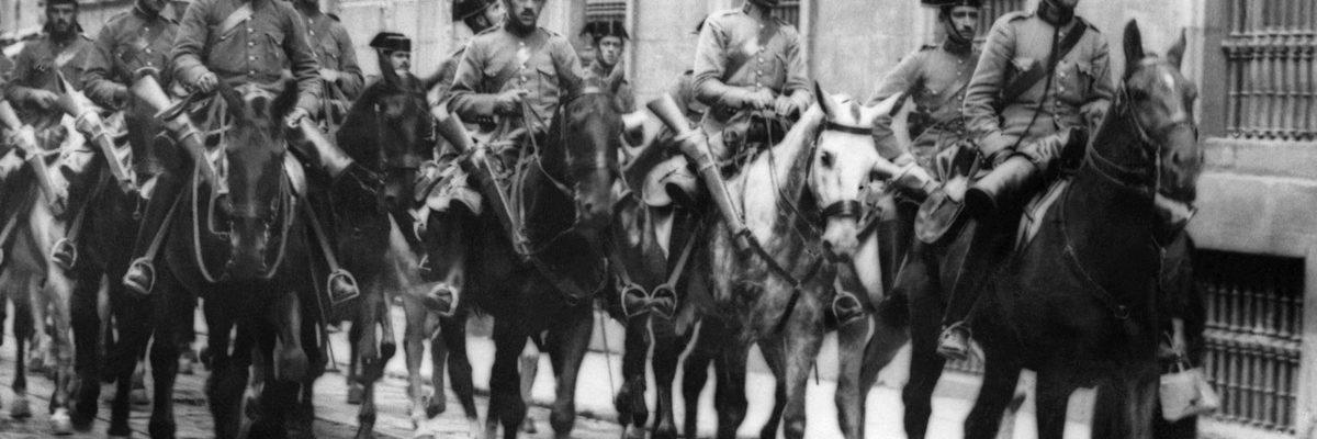 """Fotografía tomada durante la Guerra Civil Española a finales de los años 30, en la que se ve a policías de """"La Guardia Civil"""" leales al General Franco que circula por una calle de una ciudad no identificada de España. STF / AFP"""