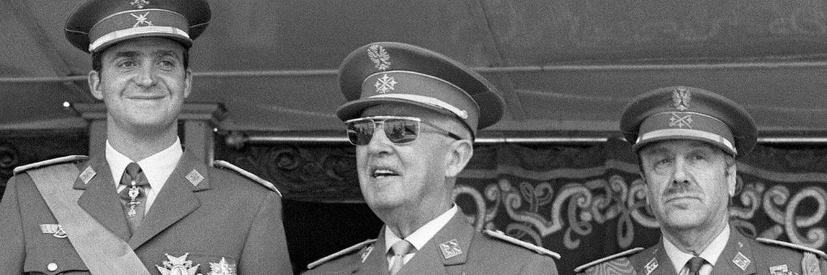 Juan Carlos I, a la izquierda, con Franco, en el centro de la imagen, en una foto histórica. EFE.