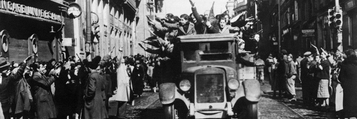 Las tropas de Franco pasean por Madrid el 31 de marzo de 1939. Muchos vecinos los reciben con el saludo fascista.- AFP