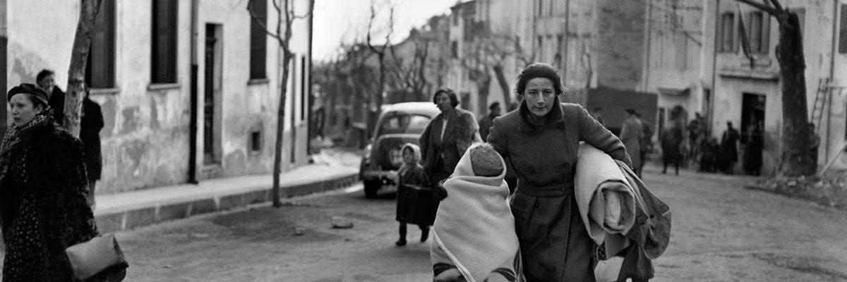 Imagen de febrero de 1939 que muestra a una mujer y su hijo que llegaron a Francia en el col de Perthus después de huir de España, donde las tropas nacionalistas del general Franco ganaron la guerra civil. STF / AFP