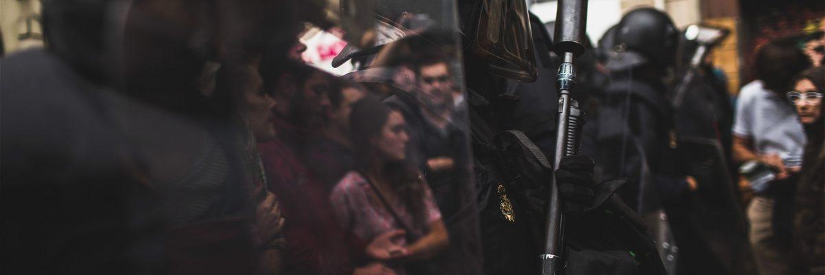La Policía Nacional intenta evitar que vecinos acudan a votar el 1-O / AFP PHOTO / Fabio Bucciarelli