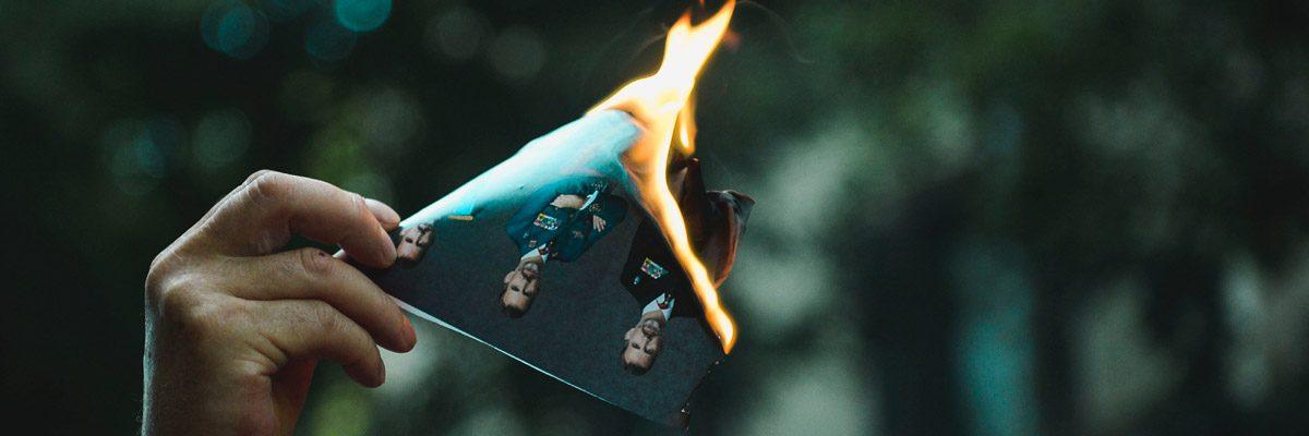 Un manifestante quema un retrato del rey Felipe.- AFP