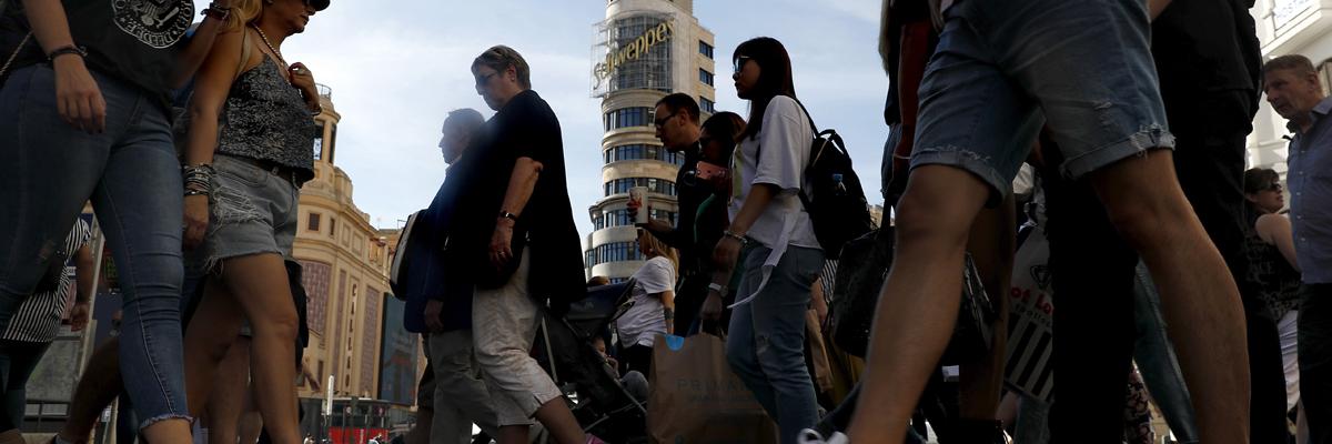 Peatones cruzando la Gran Vía de Madrid.- EFE