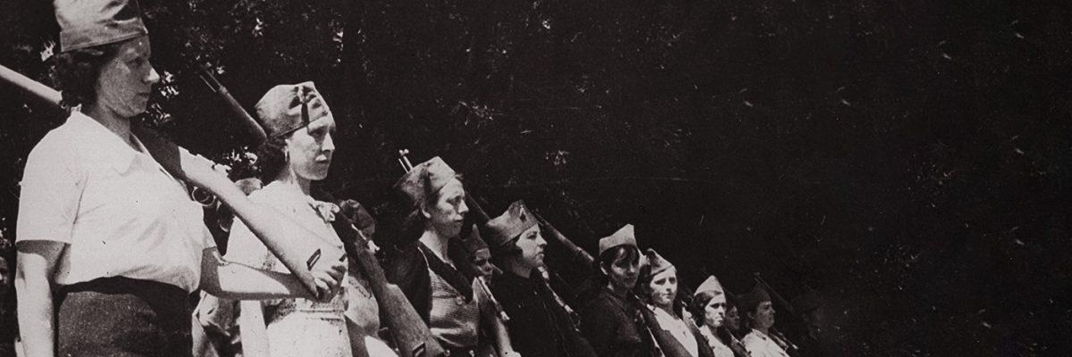 Fotografía: mujeres se preparan para marchar al frente.- FUNDACIÓN ANSELMO LORENZO