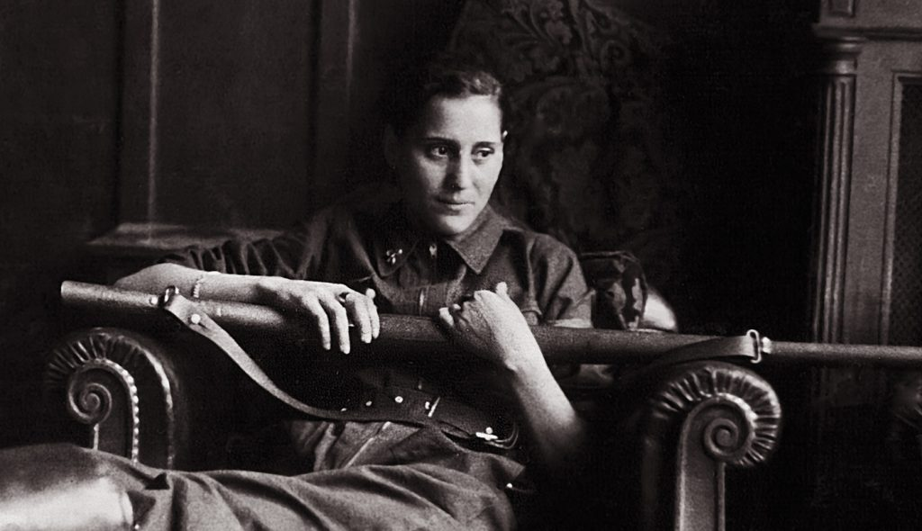 Miliciana en Mallorca descansando con un rifle en la mano. Centro documental de la Memoria Histórica/CG Fotografías C1547 EXPO01594