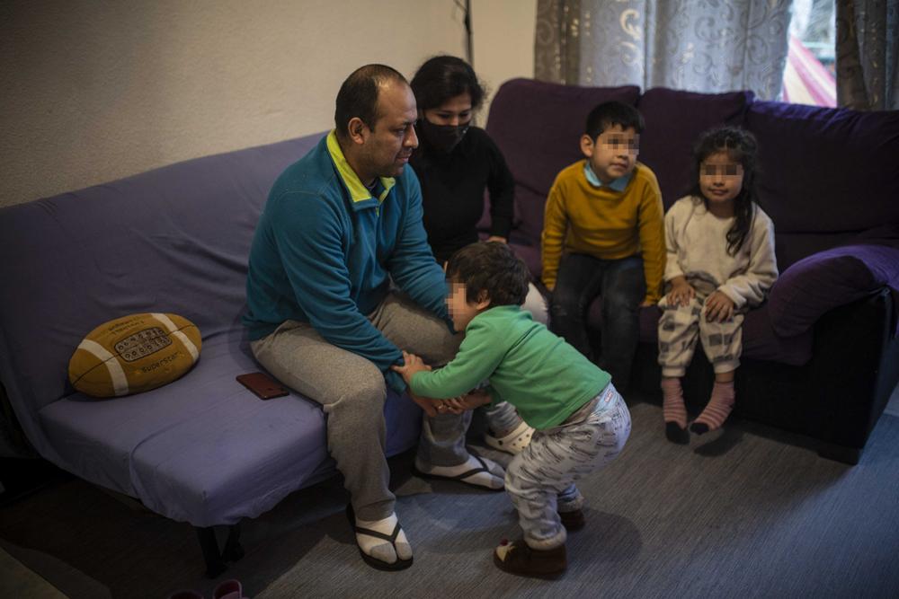 Carmen, su marido y sus tres hijos en su nuevo piso del barrio de San Cristóbal, en Madrid, el 4 de marzo de 2021. Jairo Vargas