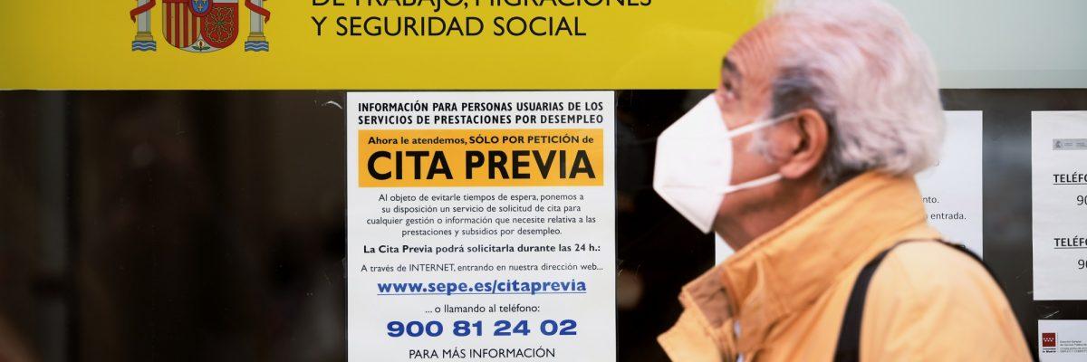 02/12/20. Un hombre pasa por la puerta de una oficina de empleo, SEPE (antiguo INEM) horas después de conocer los datos del paro de noviembre, en Madrid. EUROPA PRESS/ Óscar Cañas.
