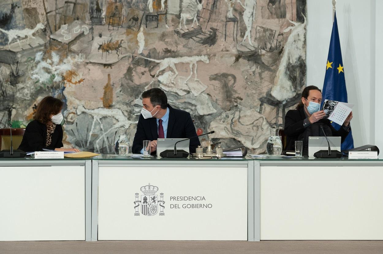 El presidente del Gobierno, Pedro Sánchez, conversa con la vicepresidenta primera, Carmen Calvo, con el vicepresidente segundo, Pablo Iglesias, a su izquierda, durante la reunión del Consejo de Ministros celebrada en el Palacio de la Moncloa, a 26 de enero de 2021. FOTO: Borja Puig De La Bellacasa/Pool Moncloa