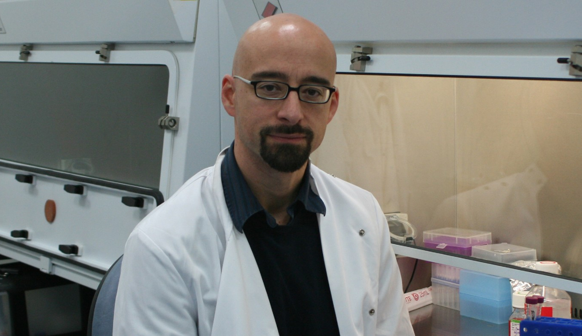 08/03/2021. El médico y genetista Salvador Macip en una imagen de su laboratorio. Yolanda Porter