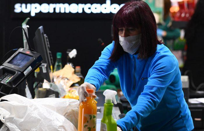 Una mujer durante su jornada laboral como trabajadora esencial en un supermercado de Madrid el 17 de marzo de 2020. GABRIEL BOUYS / AFP