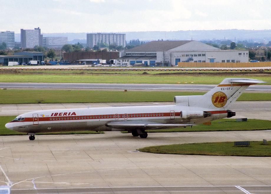 """Sí, puede que mi primera aventura aérea fuese en un """"trasto viejo"""" como este. :-P Imagen: T. Rees vía Wikimedia Commons, Londres-Heathrow, 3 de octubre de 1981."""