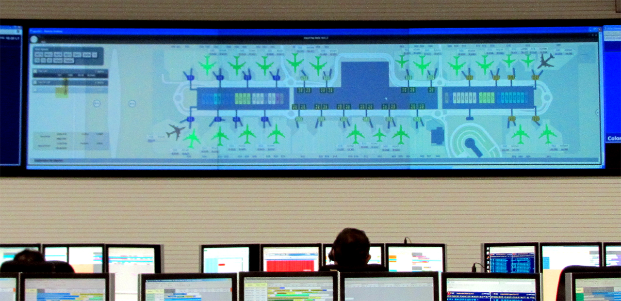 Estado de cada avión en proceso, en tiempo real, en el hub control de Iberia en la terminal T4 del Aeropuerto Internacional Adolfo Suárez - Madrid Barajas (LEMD).