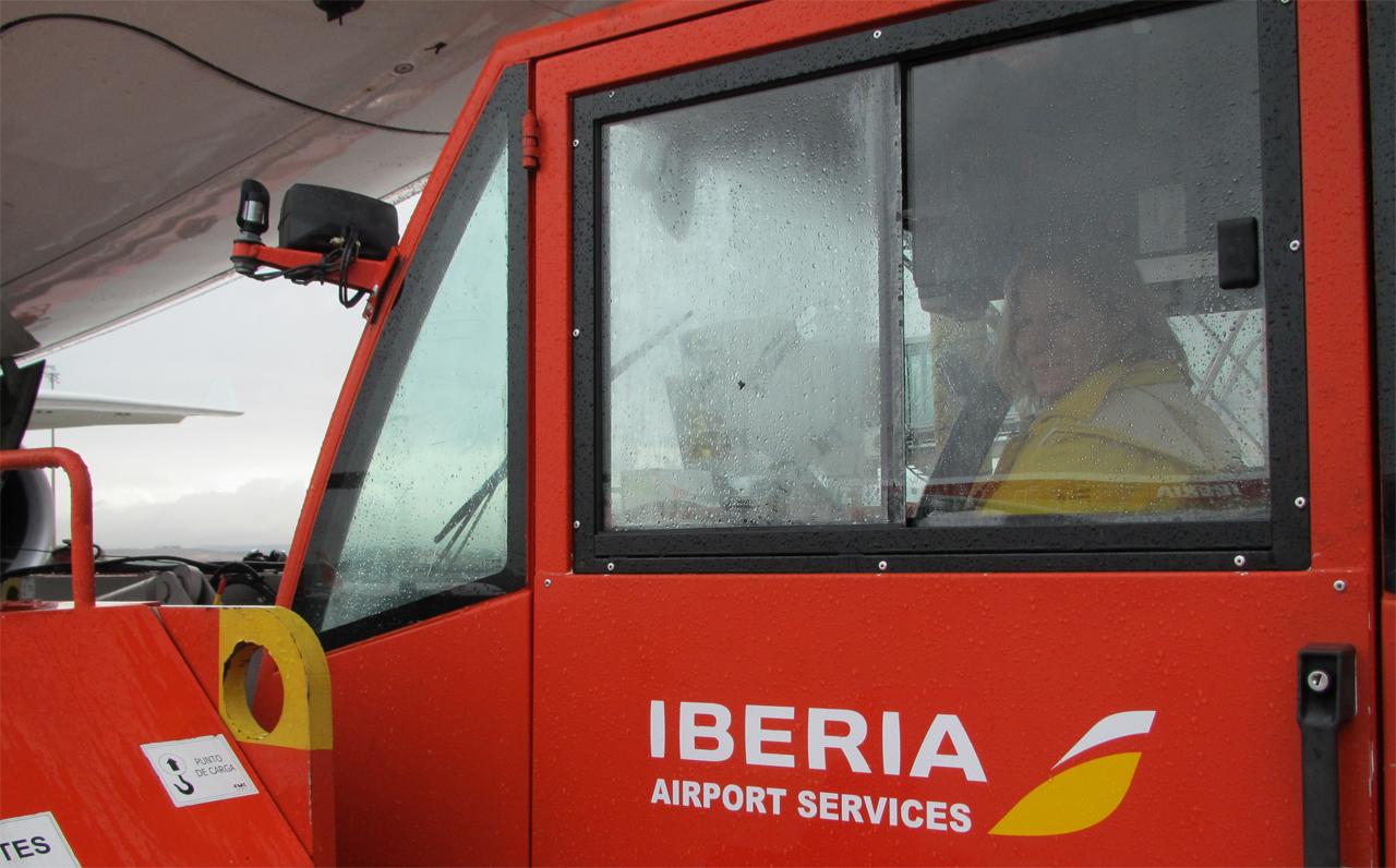 Conductora de un tractor push-back de Iberia.