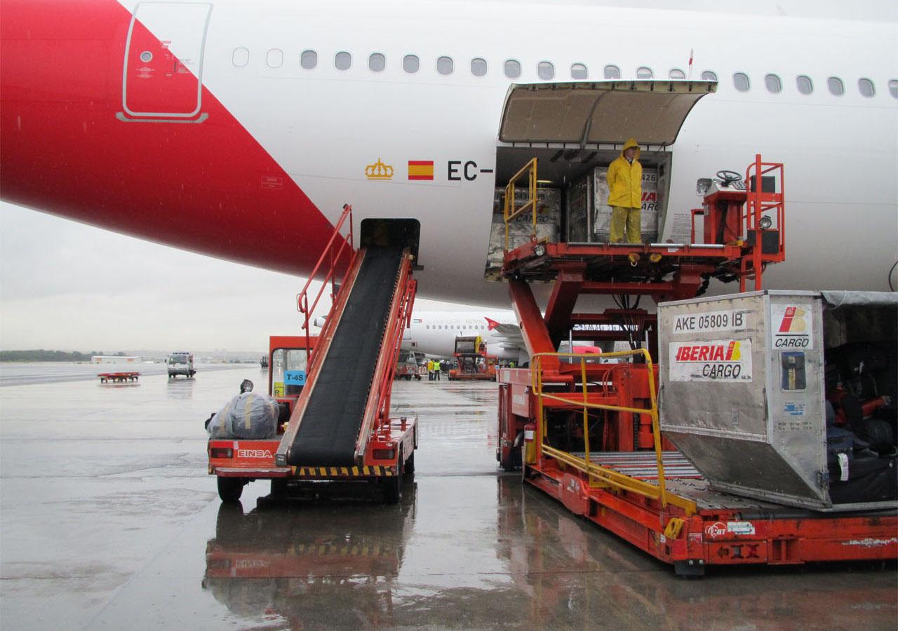 Iberia descargando maletas de un pasajero retrasado.