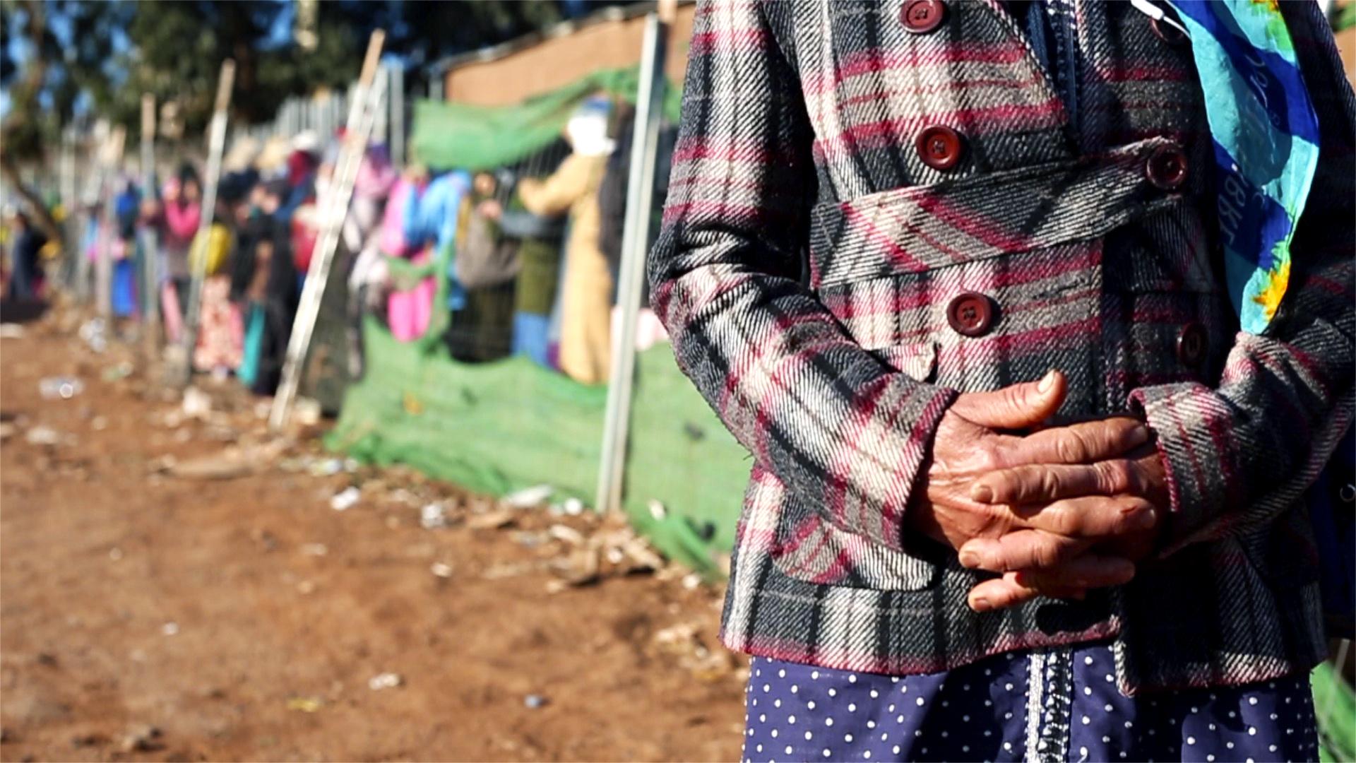 Aixa tiene 65 años y lleva 20 trabajando de porteadora para mantener a su marido enfermo.