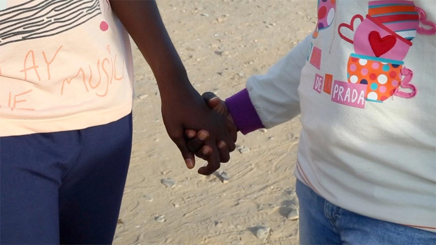 Edée y Akissi se han hecho inseparables en el CETI de Melilla, ambas esperan regresar a Costa de Marfil en un futuro para acabar con los matrimonios infantiles concertados.