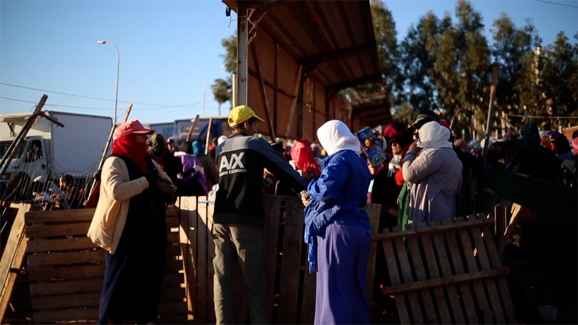 Porteadoras esperan su turno para recoger los bultos que trasladarán hasta Marruecos.