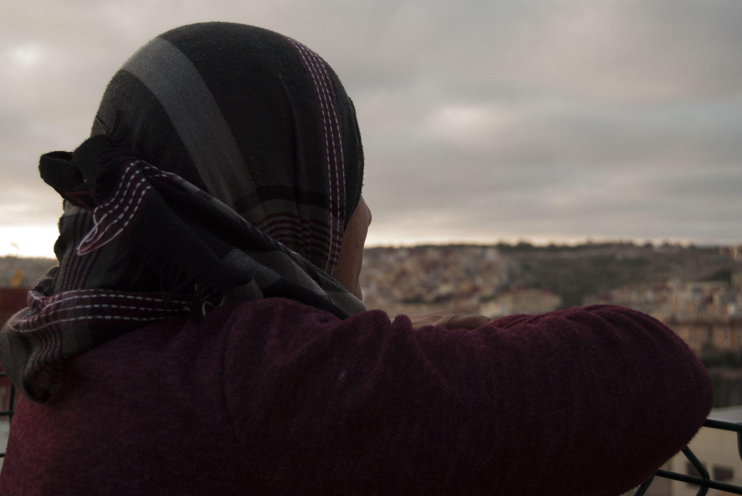 Mariem, madre de dos hijos, asomada al mirador del barrio de La Victoria de Melilla.