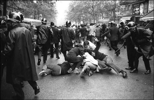 Carga policial contra los estudiantes que se manifiestan en el boulevard Saint Michel del Barrio Latino, el 16 de junio de 1968 en París, tras la evacuación por la policía de los estudiantes de la Universidad de Paris-Sorbonne. / AFP PHOTO / ARCHIVES
