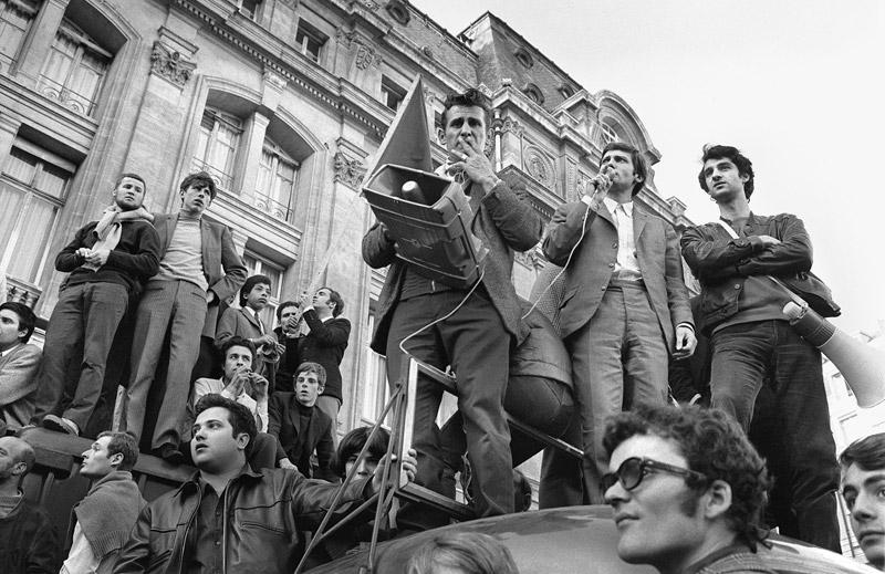 Portavoces del movimiento 22 de marzo informan a los asistentes en una protesta en La Sorbona. AFP