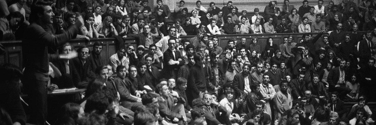 Estudiantes mantienen una asamblea en la Universidad.- AFP