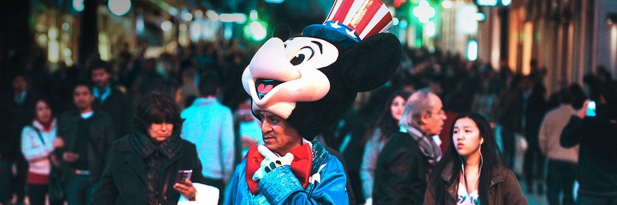 Un hombre disfrazado de Micky Mouse trabaja en la Puerta del Sol de Madrid.- FERNANDO SÁNCHEZ