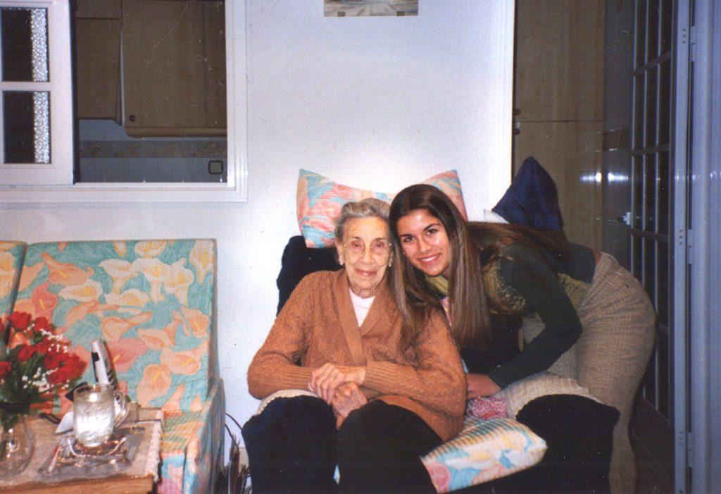 Trinidad Gallego y la autora del texto, Sonia Herrera, durante una de sus meriendas juntas en la adolescencia de la segunda.- ARCHIVO FAMILIAR