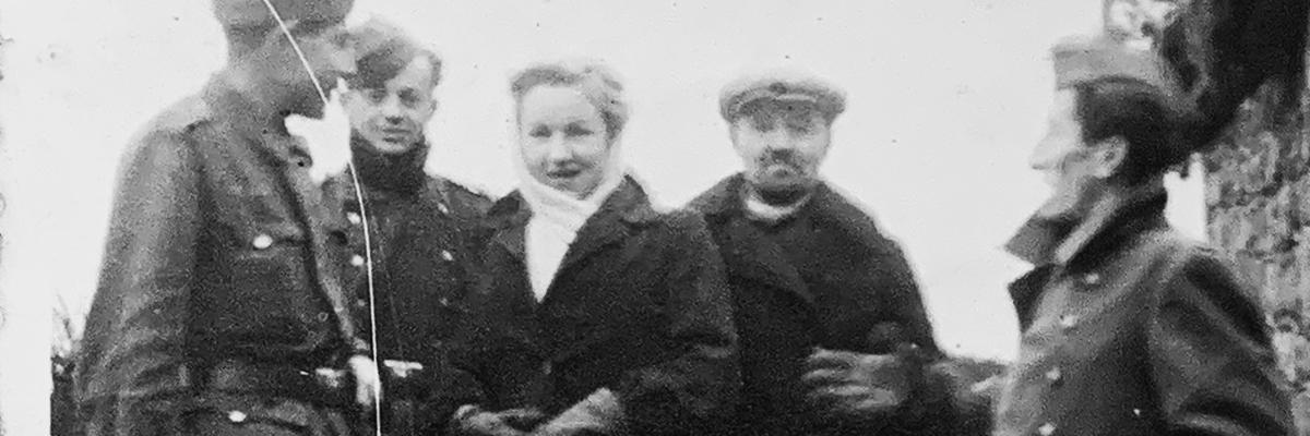 """""""1943, retaguardia frente a Leningrado concentrados para regresar a España"""". Esta es la nota que escribió Abundio, el segundo comenzando por la izquierda, al dorso de esta imagen.- ARCHIVO FAMILIAR"""