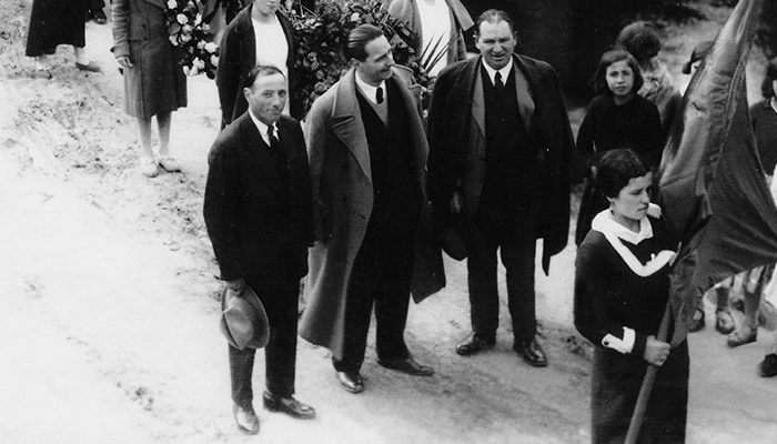 Luis Trigo (en el centro, sujetando un sombrero), en un entierro laico en Mondoñedo en abril de 1936./ ARCHIVO FAMILIAR