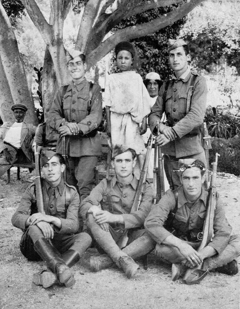 Julián Pérez, abajo a la izquierda, durante su servicio militar en Melilla en el año 1940.- ARCHIVO FAMILIAR