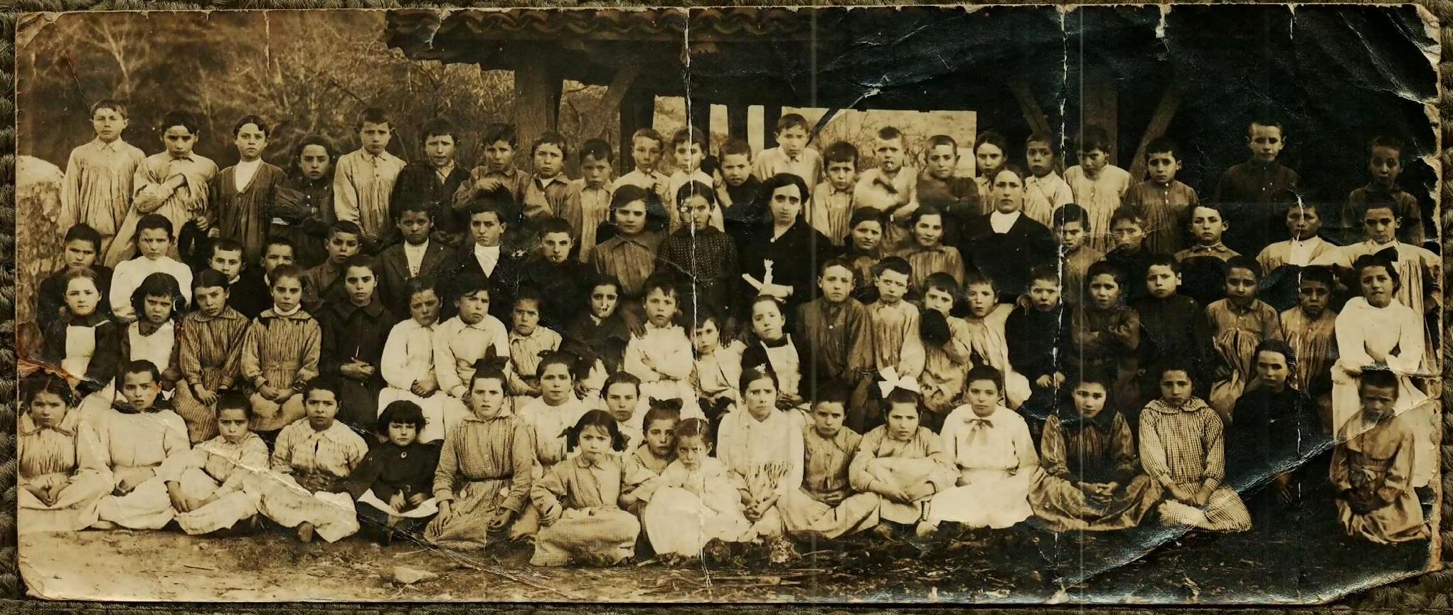 El abuelo del autor, Luis, junto a sus compañeros de escuela- ARCHIVO FAMILIAR