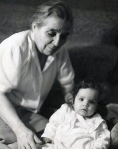 La autora, de niña, junto a Feliciana López de Dom Pablo.- ARCHIVO FAMILIAR