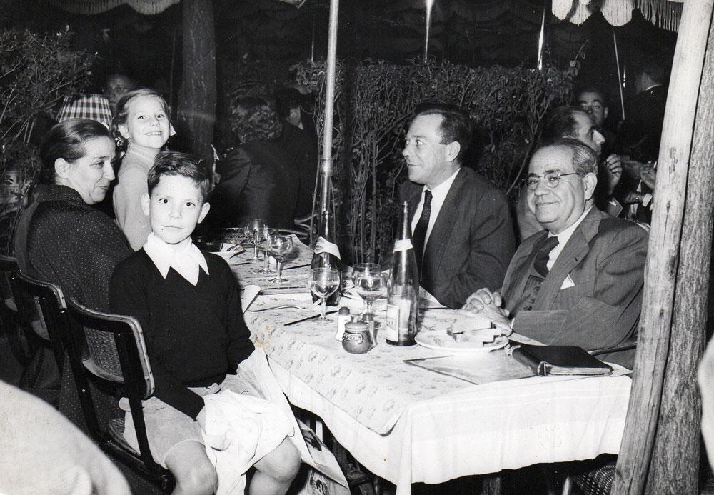 Juan Negrín junto a su hijo, también Juan; Feliciana López; Carmen y Rómulo Negrín. Año 1955.