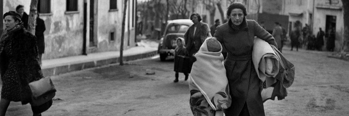 Una foto fechada en febrero de 1939 de una mujer y su hijo que llegaron a pie al paso de Perthus en Francia después de huir de España. Archivos AFP