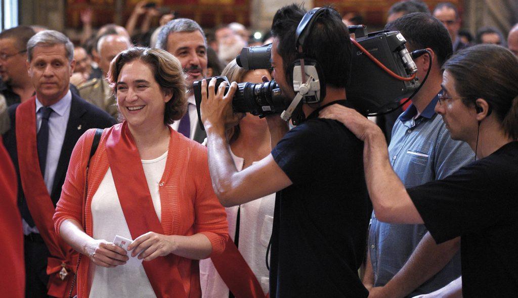 La alcaldesa de Barcelona, Ada Colau, tras recibir el bastón de mando de la capital catalana.- LLUÍS GENÉ / AFP