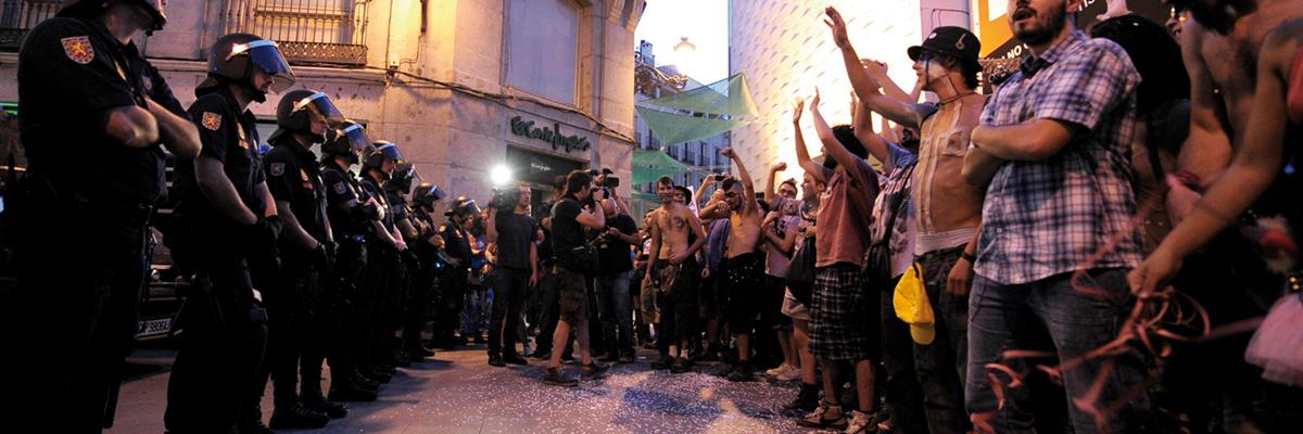 Fotografía: La Policía desaloja la Acampada en la Puerta del Sol en los primeros días del mes de agosto de 2011.- DANI POZO / AFP