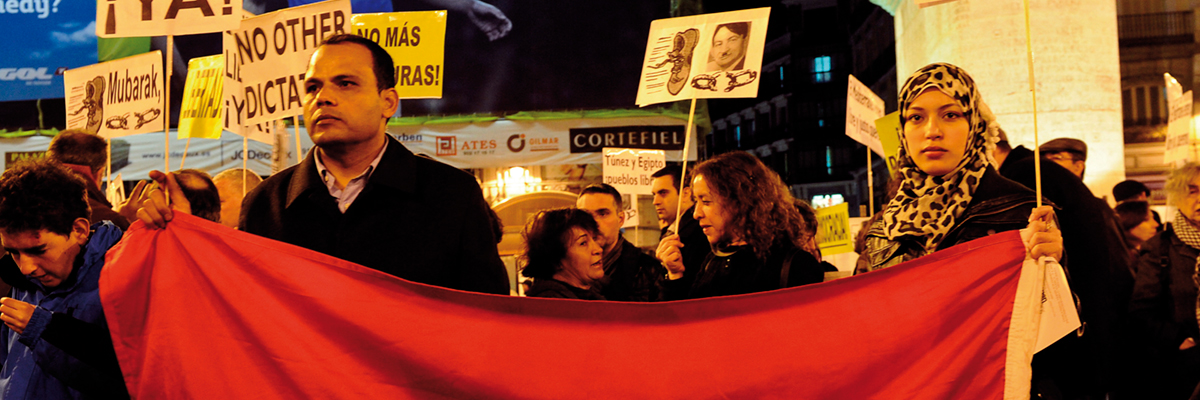 Una mujer protesta en la Puerta del Sol, en febrero de 2011, contra el dictador egipcio Hosni Mubarak y lo compara con Adolf Hitler.- DOMINIQUE FAGET /AFP