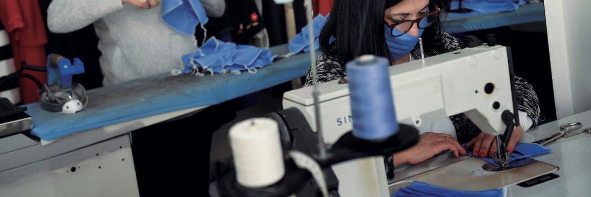 Una mujer cose mascarillas en plena emergencia del coronavirus.- MIGUEL RIOPA / AFP