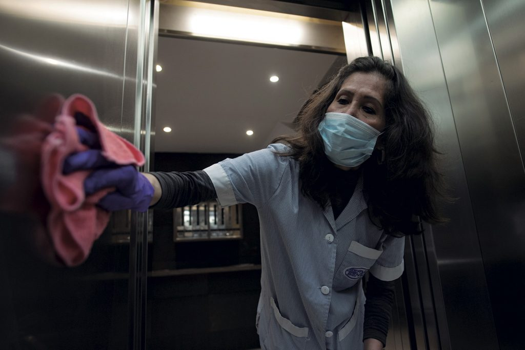 Una trabajadora desinfectando un edificio.- JOSEP LAGO / AFP