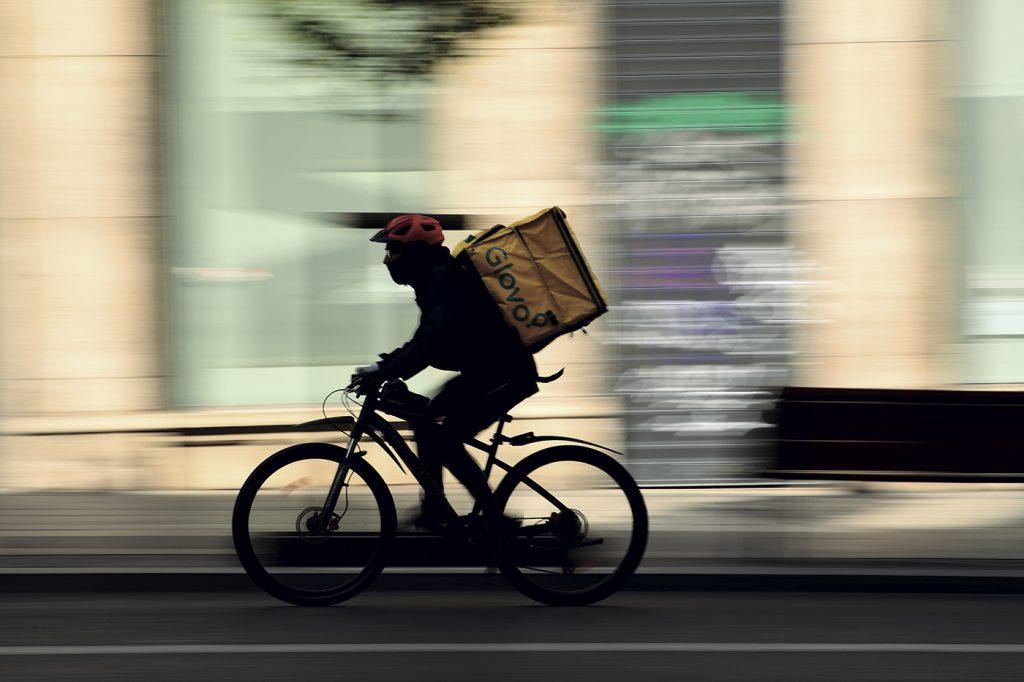 Un 'rider' llevando comida a domicilio durante este estado de alarma.- GABRIEL BOUYS / AFP